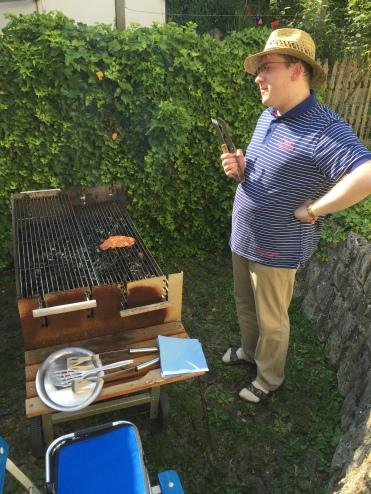 Der Grillmeister prüft die adäquate Wärme