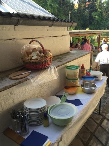 Unzählige Beilagen warten auf die Teller gepackt zu werden